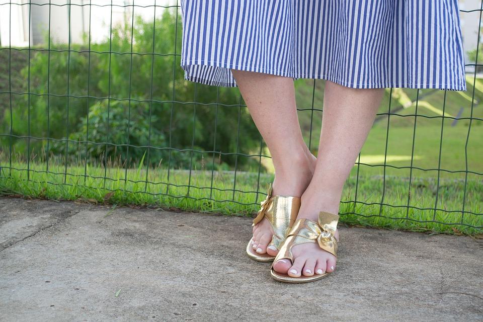 dívčí nožky v sandálích