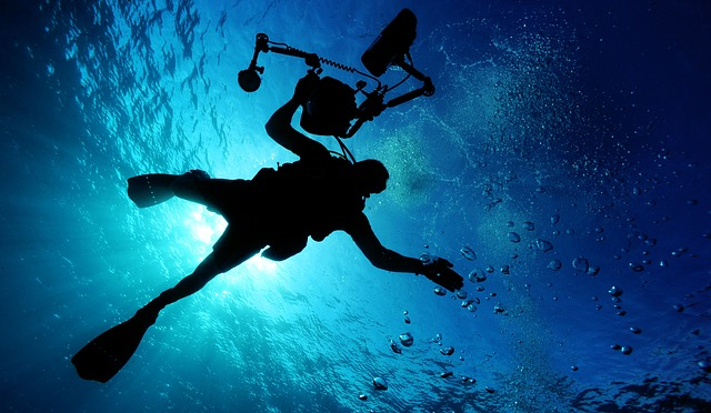potápěč pod vodou.jpg
