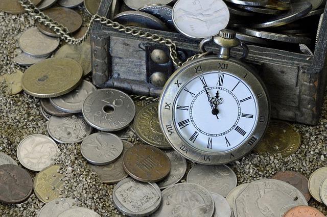 kapesní hodinky a mince