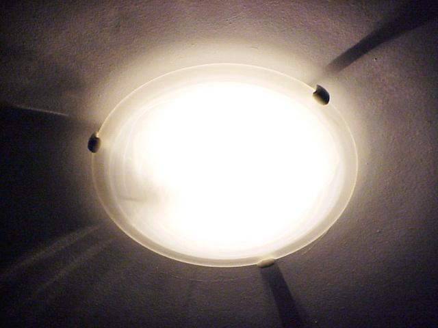rozsvícené ploché stropní svítidlo.jpg